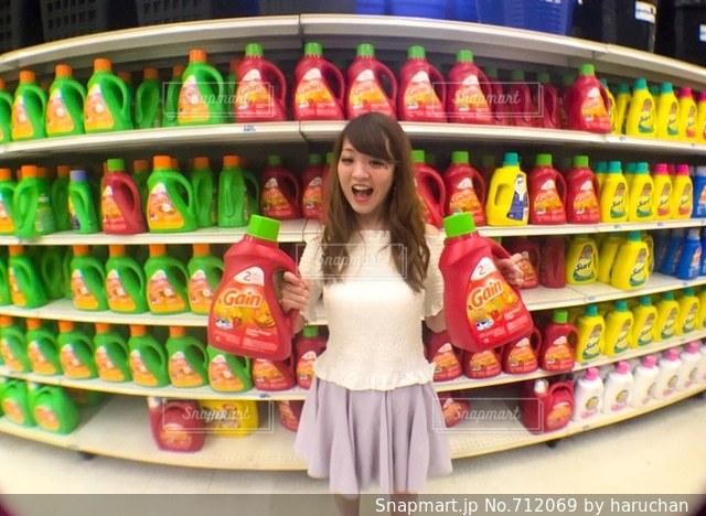 店の棚で洗剤の写真・画像素材[712069]