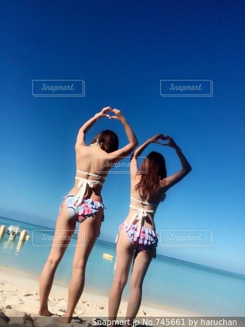 ビーチに立っている女性の写真・画像素材[745661]