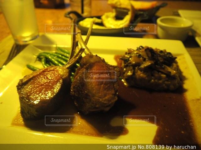 フォークで食べ物の皿の写真・画像素材[808139]