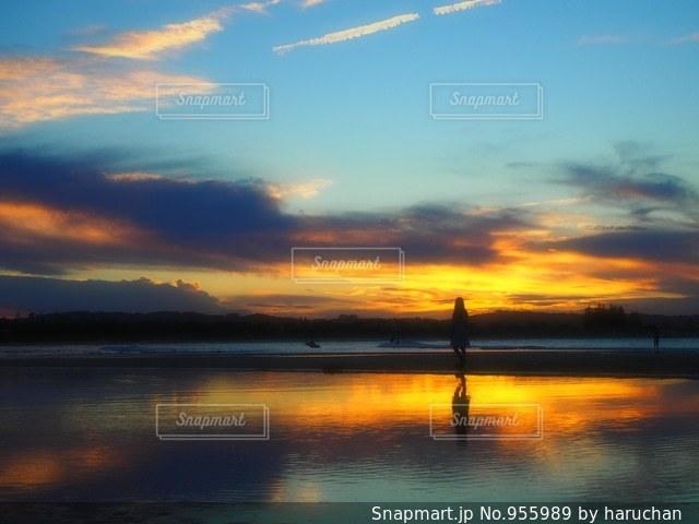 水の体に沈む夕日の写真・画像素材[955989]