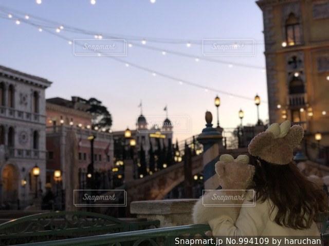 動物のぬいぐるみは建物の前に立っている人の写真・画像素材