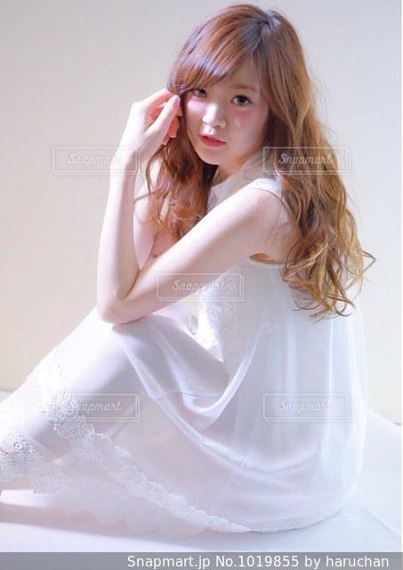 白いドレスを着た女性の写真・画像素材[1019855]