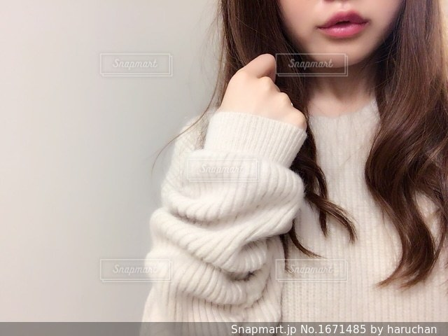 白いシャツを着ている女性の写真・画像素材[1671485]