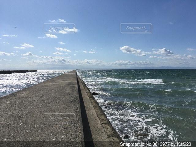 晴れの日の防波堤の写真・画像素材[3813977]