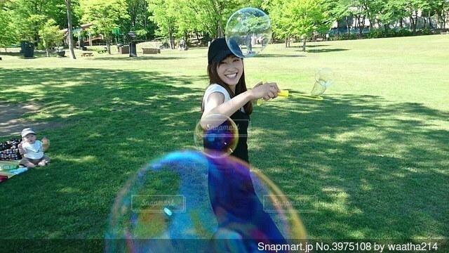 公園でシャボン玉をする女の写真・画像素材[3975108]