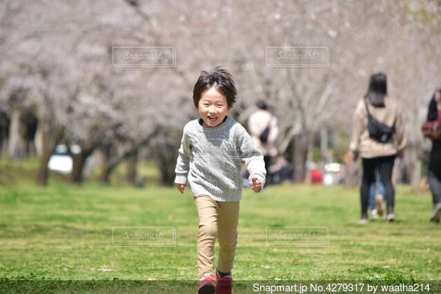 野原で走っている男の子の写真・画像素材[4279317]