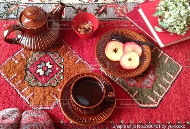 絨毯の上でお茶の写真・画像素材[3900461]