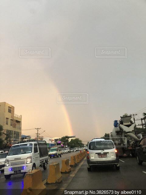 ミャンマー、ヤンゴンで偶然に遭遇した虹の写真・画像素材[3826573]
