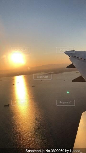飛行機から見える朝日の写真・画像素材[3899260]