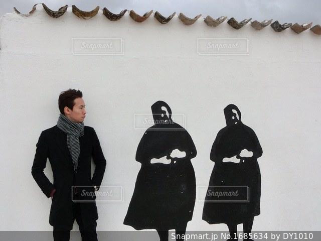 雪の中に立っている人々 のカップルの写真・画像素材[1685634]