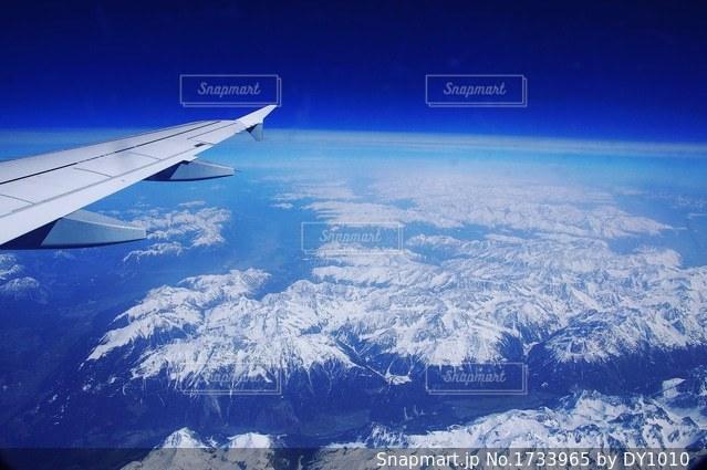 空を飛んでいる飛行機の写真・画像素材[1733965]