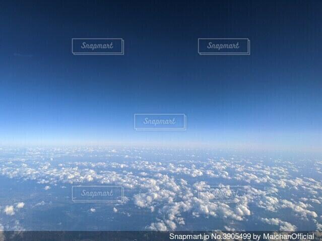 アメリカ中部の上空、ポップコーン雲が並ぶ青空の写真・画像素材[3905499]