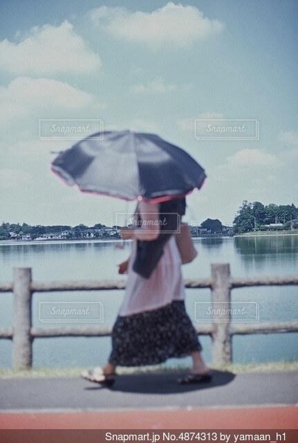日傘の君は淡いの写真・画像素材[4874313]