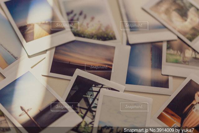 テーブルの上のチェキフィルム写真の写真・画像素材[3914009]