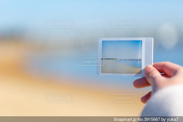 チェキ写真を持つ女性の手の写真・画像素材[3915667]