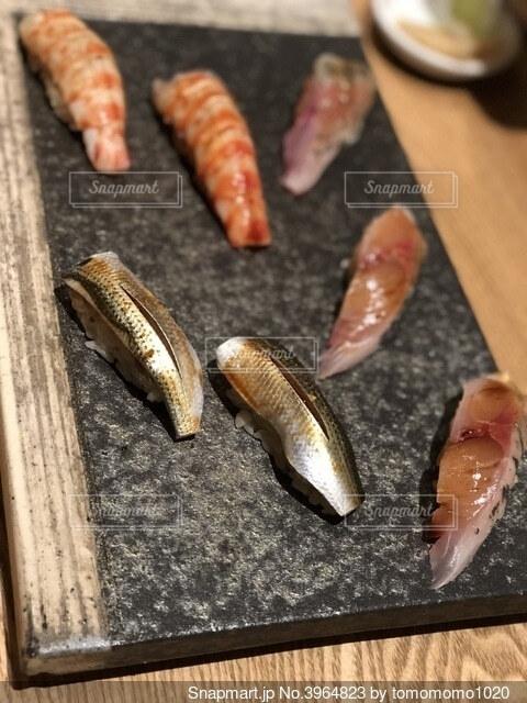 洒落た石のお皿の上のおいしいお寿司の写真・画像素材[3964823]