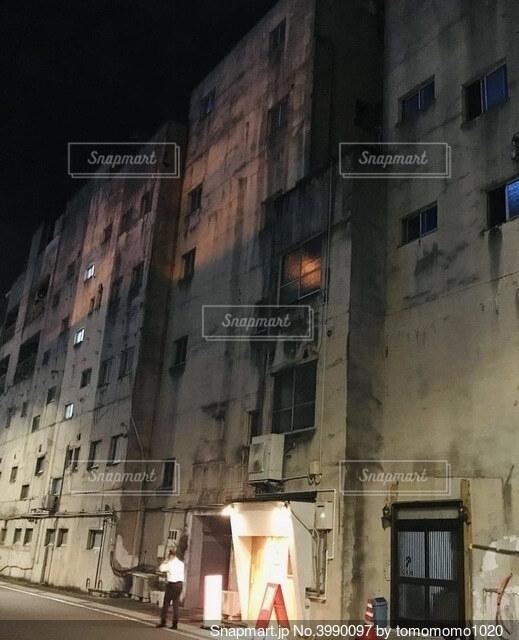 夜の寂れたビルの写真・画像素材[3990097]