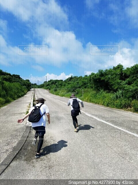 石垣島の真っ直ぐな道を、海に向かってダッシュ!の写真・画像素材[4277930]