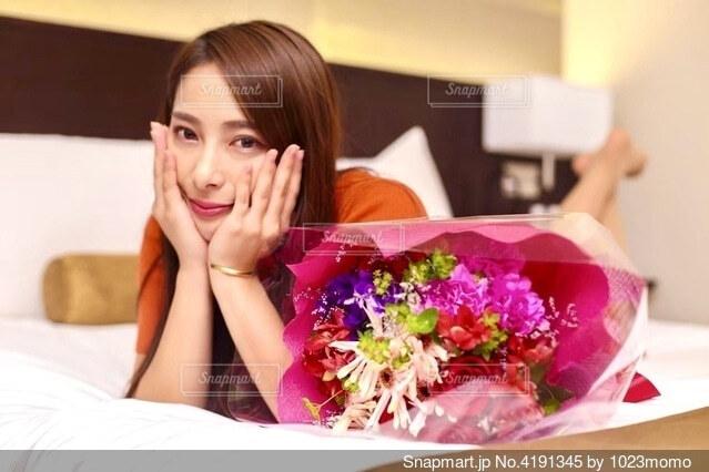 花束と女性の写真・画像素材[4191345]
