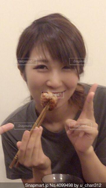 たこ焼きを食べる人の写真・画像素材[4099498]
