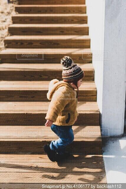 階段と子供の写真・画像素材[4106177]