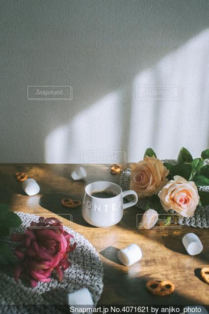 苦いコーヒーと甘いお菓子の写真・画像素材[4071621]