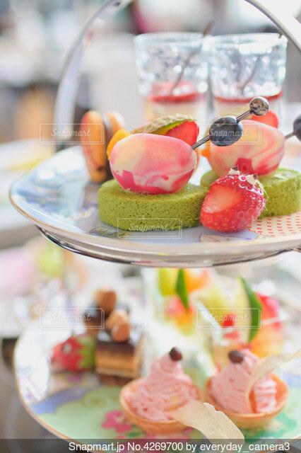 テーブルの上にフルーツを置くケーキの写真・画像素材[4269700]