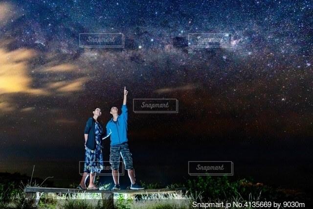 天の川を見るカップルの写真・画像素材[4135669]