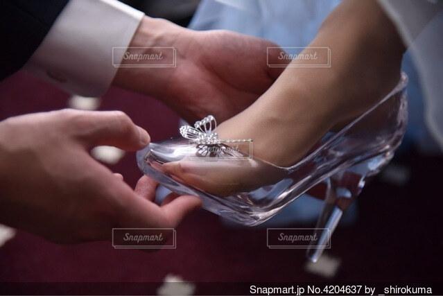 ガラスの靴を履かせる手の写真・画像素材[4204637]