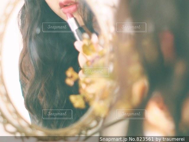 近くに彼女の歯を磨く女性のアップの写真・画像素材[823561]