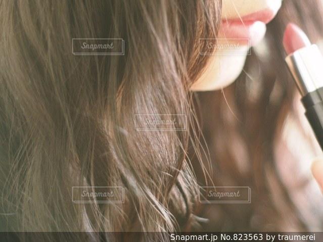 携帯電話で通話中の女性の写真・画像素材[823563]