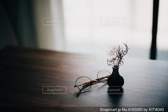眼鏡と花との写真・画像素材[4163283]