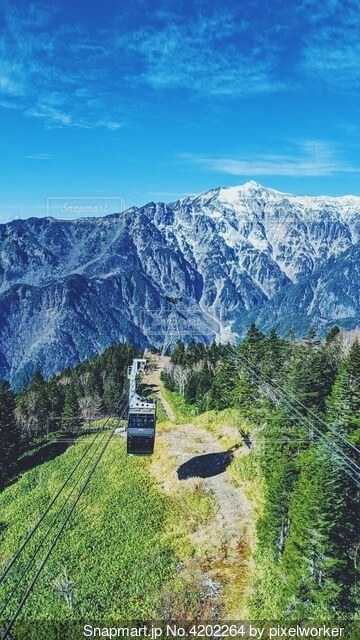 山頂にて雪山を臨むの写真・画像素材[4202264]