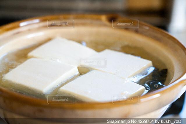 土鍋で湯豆腐調理中の写真・画像素材[4229751]