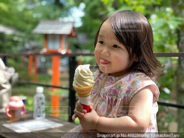 ソフトクリームを食べる女の子の写真・画像素材[4682860]