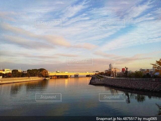 運河に反射する夕日の写真・画像素材[4875517]