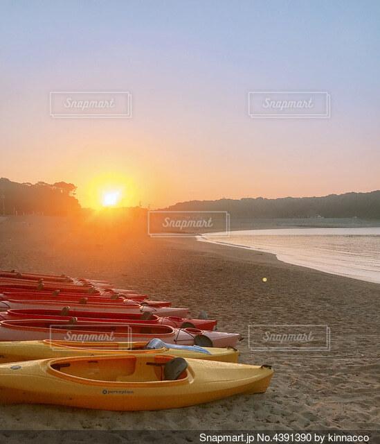 太陽に照らされたボートの写真・画像素材[4391390]
