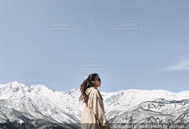 大自然 雪山 女性 晴天の写真・画像素材[4354634]