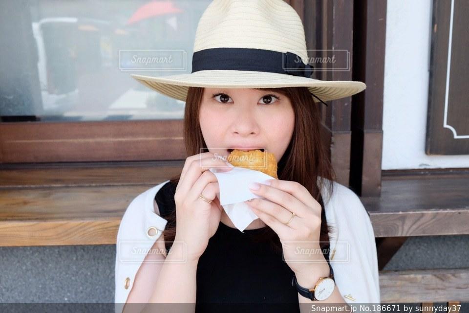 コロッケを食べる女性の写真・画像素材[186671]