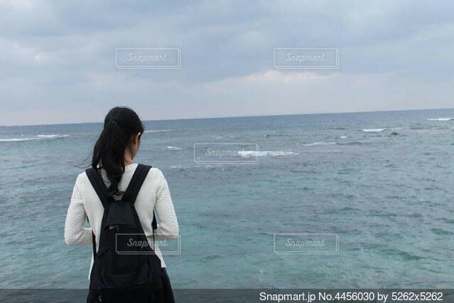 海を見る娘の写真・画像素材[4456030]