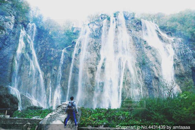 大きい滝と男の写真・画像素材[4431439]
