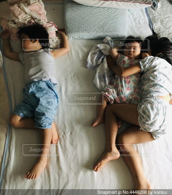 3人揃って暑い日のお昼寝姿の写真・画像素材[4448268]