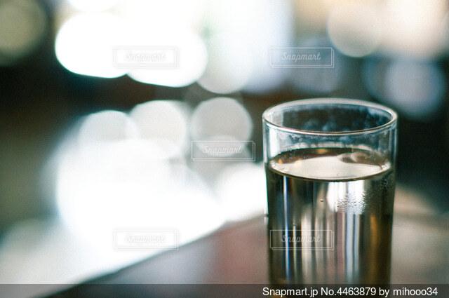テーブルの上に置いた水の入ったコップの写真・画像素材[4463879]