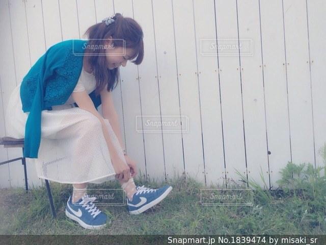 草の中に立っている女性の写真・画像素材[1839474]