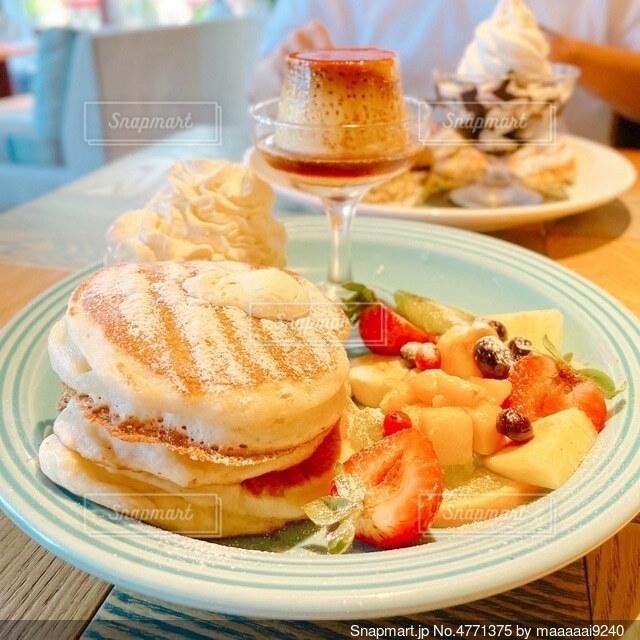 食べ物の皿をテーブルの上に置くの写真・画像素材[4771375]