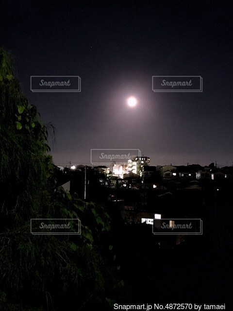 町と月の写真・画像素材[4872570]