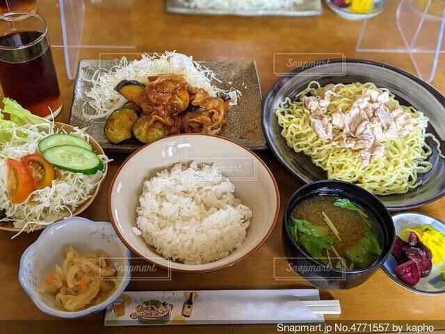 品数の多い、和風居酒屋のランチ日替わり定食の写真・画像素材[4771557]