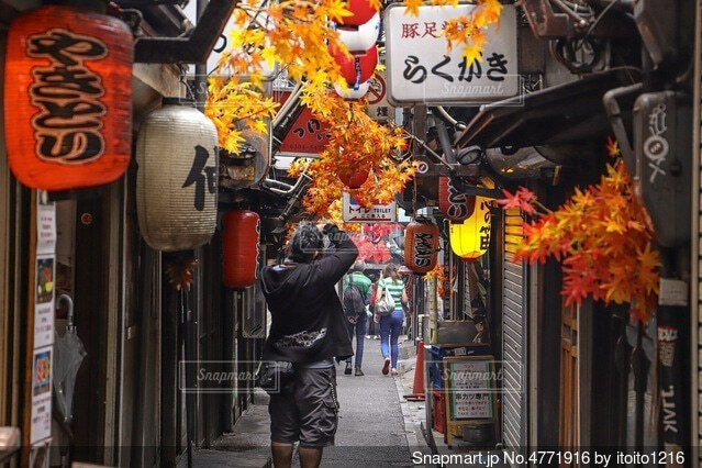 通りを歩いている人々のグループの写真・画像素材[4771916]
