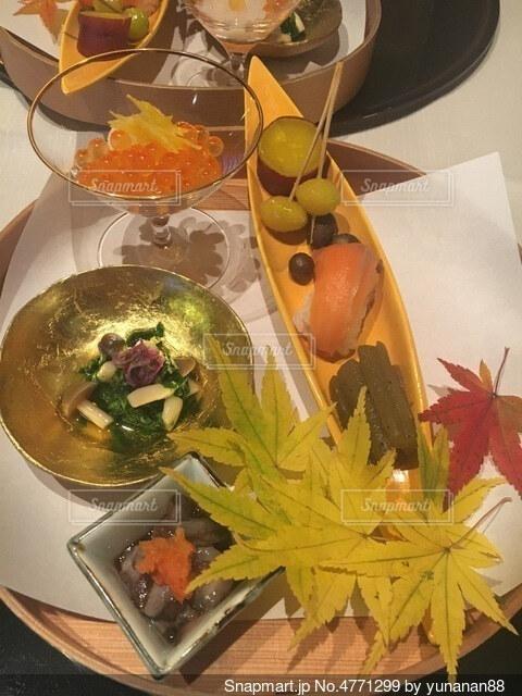 食べ物の皿をテーブルの上に置くの写真・画像素材[4771299]