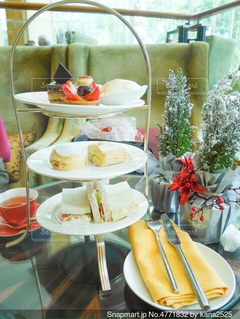 食べ物の皿をテーブルの上に置くの写真・画像素材[4771832]
